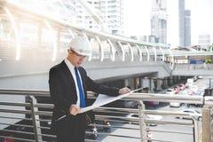 Человек исполнительной власти или инженера смотрит светокопию Красивое wea человека стоковые фотографии rf