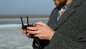 Человек использует дистанционное управление для трутня сток-видео