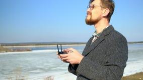 Человек использует дистанционное управление для трутня акции видеоматериалы