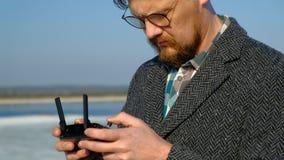 Человек использует дистанционное управление для трутня видеоматериал