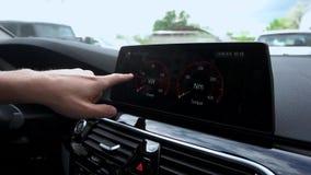 Человек использует мультимедиа в автомобиле сток-видео