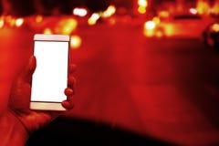 Человек использует смартфон стоковые изображения rf