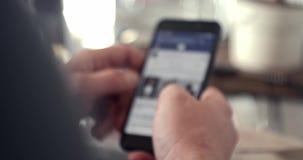 Человек использует bokeh смартфона сток-видео