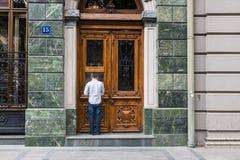 Человек используя банкомат банка Стоковые Фотографии RF