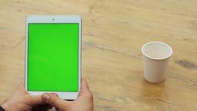 Человек используя вертикальную таблетку с зеленым экраном Конец-вверх снял рук ` s человека с таблеткой Ключ Chroma конец вверх в акции видеоматериалы
