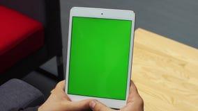 Человек используя вертикальную таблетку с зеленым экраном Конец-вверх снял рук ` s человека с таблеткой Ключ Chroma конец вверх в видеоматериал