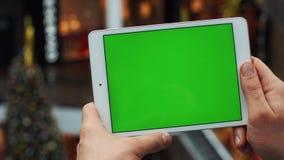 Человек используя горизонтальную таблетку с зеленым экраном Конец-вверх снял рук ` s человека с таблеткой Ключ Chroma конец вверх акции видеоматериалы