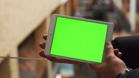 Человек используя горизонтальную таблетку с зеленым экраном Конец-вверх снял рук ` s человека с таблеткой Ключ Chroma конец вверх сток-видео