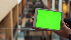 Человек используя горизонтальную таблетку с зеленым экраном Конец-вверх снял рук ` s человека с таблеткой Ключ Chroma конец вверх видеоматериал