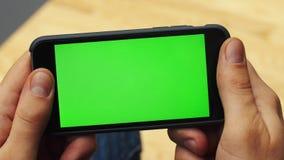 Человек используя горизонтальный smartphone с зеленым экраном r Ключ Chroma конец вверх акции видеоматериалы