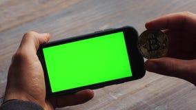 Человек используя горизонтальный smartphone с зеленым экраном r Ключ Chroma конец вверх сток-видео