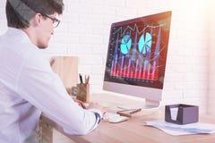 Человек используя компьютер дела Стоковая Фотография
