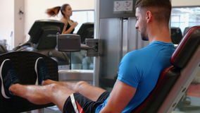 Человек используя машину весов в спортзале сток-видео