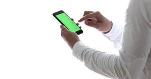 Человек используя мобильный телефон пока стоящ близко окно Ключ Chroma видеоматериал