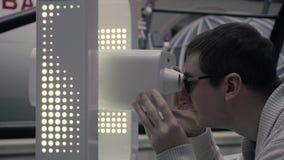 Человек используя неподвижную технологию 3D виртуальной реальности гуглит Человек со стеклами VR акции видеоматериалы