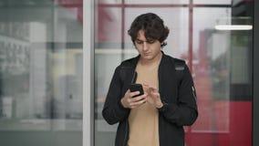 Человек используя положение смартфона на железнодорожном вокзале сток-видео