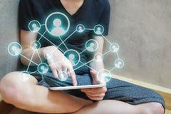 Человек используя социальное применение сети на таблетке стоковое фото rf
