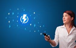 Человек используя телефон с концепцией силы стоковое изображение rf