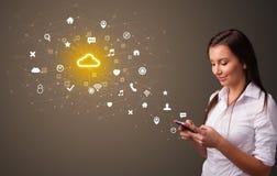Человек используя телефон с концепцией технологии облака иллюстрация вектора