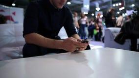 Человек используя телефон видеоматериал
