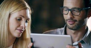 Человек используя технологию таблетки Встреча офиса работы команды корпоративного бизнеса 3 группы людей бизнесмена и коммерсантк сток-видео