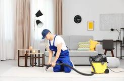 Человек используя уборщика пара пара в живущей комнате Стоковое Фото
