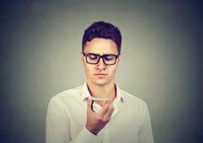 Человек используя умную функцию опознавания голоса телефона на линии слушая к поиску приводит к стоковые фото