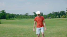 Человек используя шлемофон и игру VR виртуальной игры в парке сток-видео
