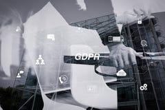 Человек используя шлемофон VOIP с цифровой стыковать планшета smar Стоковое Изображение