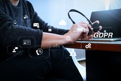 Человек используя шлемофон VOIP с цифровой стыковать планшета smar Стоковое фото RF