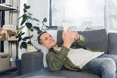 человек используя smartphone пока кладущ стоковые фотографии rf
