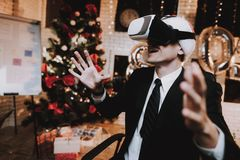 Человек используя VR-стекла в офисе на кануне Нового Годаа стоковая фотография