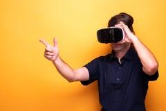 Человек испытывая увеличенную виртуальную реальность стоковые изображения