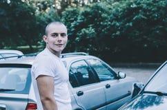 Человек и автомобили Стоковые Изображения RF