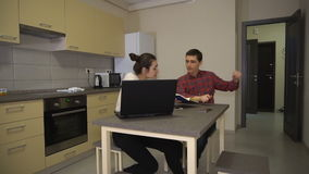 Человек и девушка спорят дома о проекте работы видеоматериал