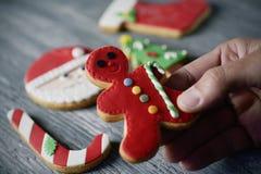 Человек и домодельные печенья рождества Стоковые Изображения RF