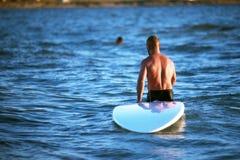 Человек и доска для серфинга SAP Стоковое Изображение RF