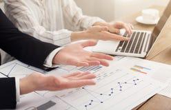 Человек и женщина анализируя финансовые диаграммы Стоковая Фотография