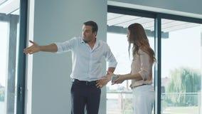 Человек и женщина враждуя дома Жена и супруг имея конфликт сток-видео