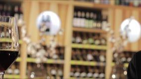 Человек и женщина выпивая красное вино Руки конца-вверх с стеклами Закройте вверх рук стекел молодых любящих пар clinking сток-видео