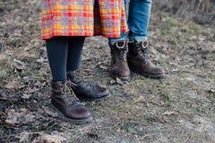 Человек и женщина в кожаных сверхмощных ботинках Стоковое фото RF