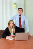 Человек и женщина в офисе Стоковые Изображения RF