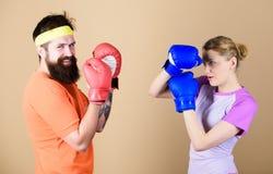 Человек и женщина в перчатках бокса Концепция спорта бокса Соедините класть в коробку девушки и хипстера практикуя Спорт для кажд стоковая фотография