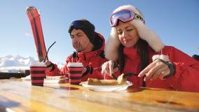 Человек и женщина в ресторане на обед поверх горы Лыжный курорт сток-видео