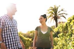 Человек и женщина говоря друг к другу снаружи Стоковое Изображение RF