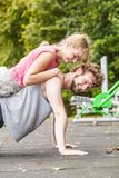 Человек и женщина делать нажимает поднимают внешнее Стоковое фото RF