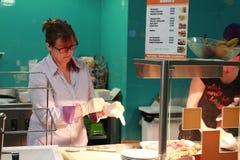 Человек и женщина делая еду в кухне стоковые фотографии rf