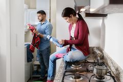 Человек и женщина делая работы по дому моя одежды Стоковое фото RF