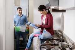 Человек и женщина делая работы по дому моя одежды Стоковая Фотография RF