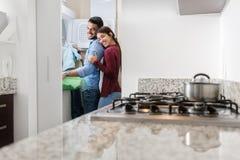 Человек и женщина делая работы по дому моя одежды Стоковое Изображение